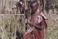 Sans titre [femmes maasaï près de structures d'habitations]
