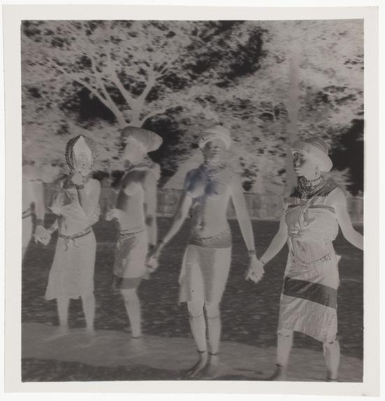 Danse des femmes [quatre femmes se tenant par la main]