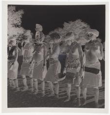 Danse des femmes [six femmes debout]