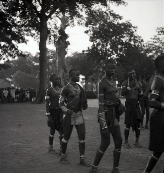 Femmes nues avec leurs bijoux rituels [jeunes femmes en tenue de cérémonie marchant]
