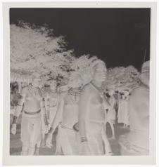 Femmes nues avec leurs bijoux rituels