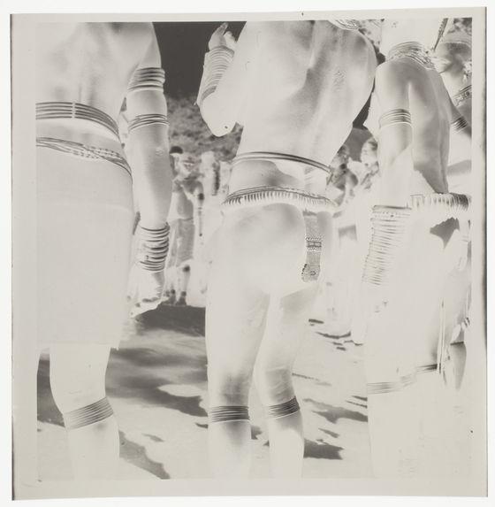Femmes nues avec leurs bijoux rituels [détails des tenues de cérémonie]