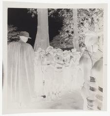 Femmes nues avec leurs bijoux rituels [groupe de jeunes femmes en tenue de...