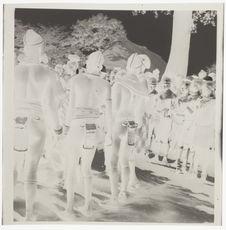 Femmes nues avec leurs bijoux rituels [rangées de jeunes gens en tenue de...