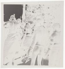 Femmes nues avec leurs bijoux rituels [jeunes gens en tenue de cérémonie,...