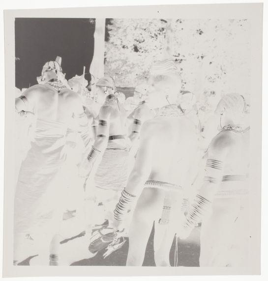 Femmes nues avec leurs bijoux rituels [jeunes gens en tenue de cérémonie, dansant]