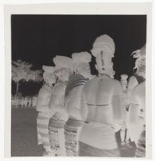 Femmes [quatre jeunes femmes en tenue de cérémonie]