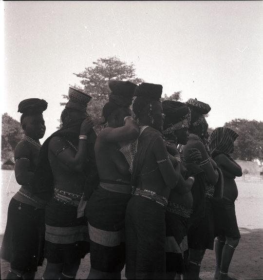 Femmes [groupe de jeunes femmes en tenue de cérémonie]
