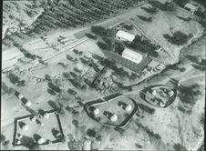 Sans titre [vue aérienne de différents bâtiments et d'enclos]