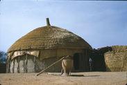 Sans titre [baratte (?) et pilon devant une hutte circulaire]
