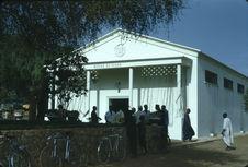 Sans titre [groupe d'hommes devant le musée du Niger]