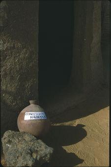 """Sans titre [poterie """"Concession Haoussa"""" devant l'entrée d'un..."""