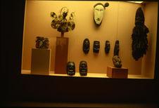 """Exposition """"Musée imaginaire de l'Océanie"""". Vitrine Masques"""