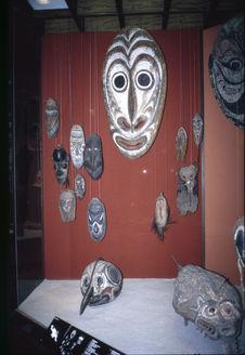 Vue de la salle Océanie du Museum für Völkerkunde de Berlin : Vitrine Sepik