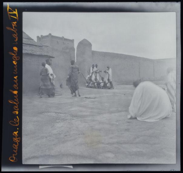 Ouaga[dougou]. Le salut au mogho naba IV