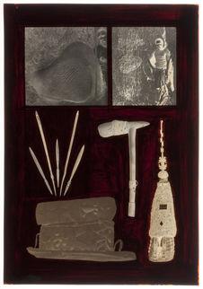 Sans titre [modèle d'habitation, pierres gravées, diverses armes et un cercueil]