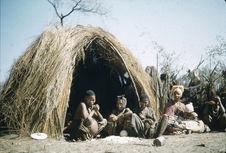 Sans titre [femmes et enfant bochimans devant une hutte]