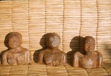 Sans titre [bustes de statuettes en bois]