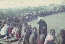Sans titre [jeunes hommes maasaï assis les uns à côté des autres]