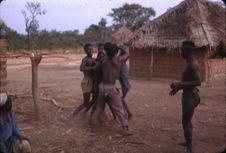 Sans titre [groupe de garçons gbaya au cours d'une cérémonie]