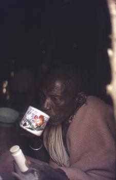 Sans titre [portrait d'un vieil homme maasaï buvant]