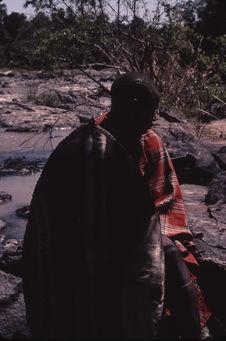 Sans titre [portrait d'un jeune homme maasaï tenant un bouclier]