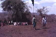 Sans titre [groupe de Maasaï près d'un drapeau hissé sur un mât]