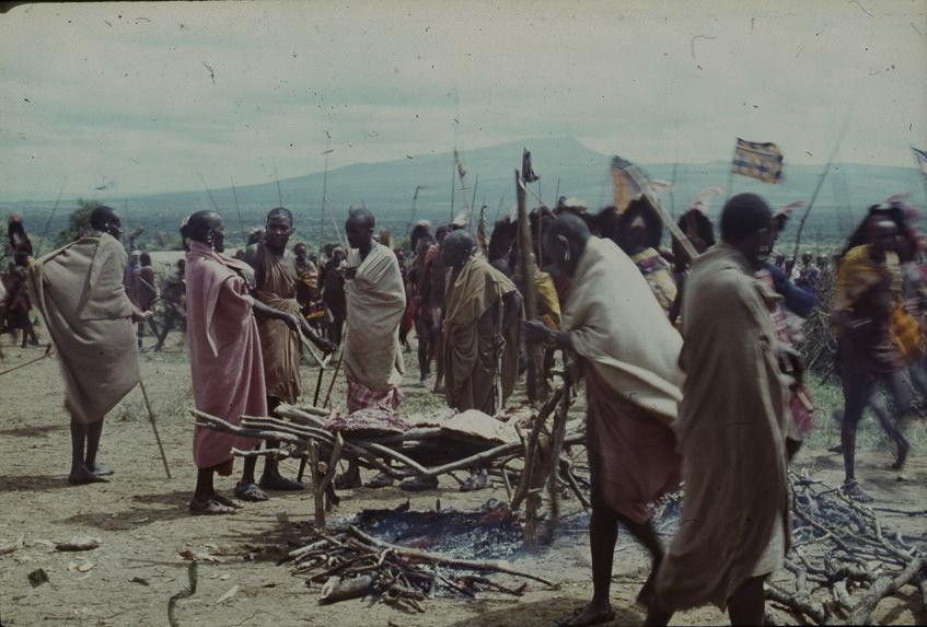Sans titre [hommes et femmes maasaï autour d'un feu de bois]