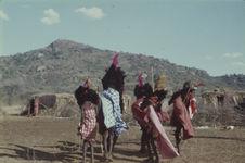 Sans titre [groupe de jeunes hommes maasaï parés de coiffes en plumes...