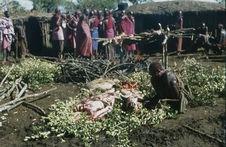 Sans titre [groupe de Maasaï à proximité d'un foyer de cuisson à viande]