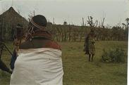 Sans titre [femmes samburu à proximité d'une enceinte et d'une habitation]