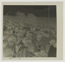 Les ignames offertes sont portées dans la cour rituelle