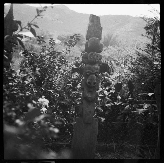 Poteaux et flèches de cases de la collection Bozon-Bérard