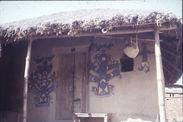 Sans titre [peintures murales encadrant une porte]