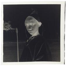 Sans titre [portrait d'une jeune personne de trois quarts, en buste, avec une...