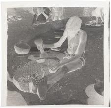Fillette Mossi pilant des amandes de karité
