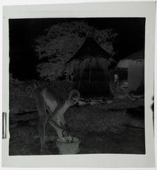 Grenier et femme faisant la lessive