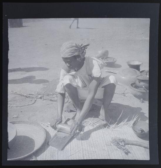 Femme roulant  à la bouteille la pâte d'arachide