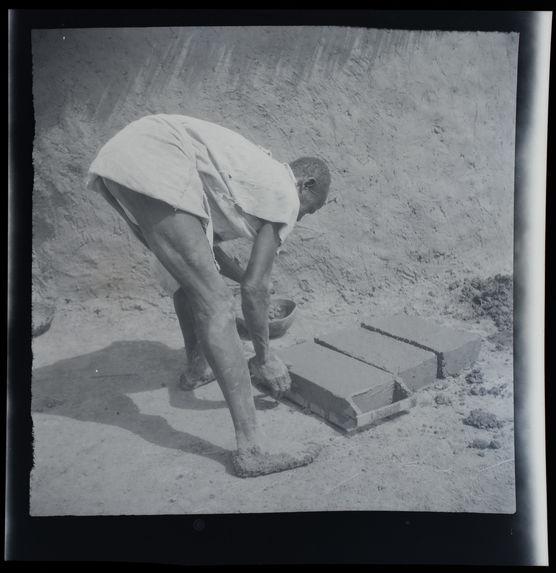 Confection de briques en banko