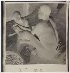 Extraction de chique du pied de la mére par l'enfant