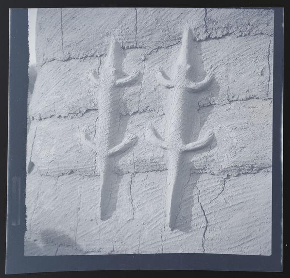 Figuration de crocodiles sur le mur d'une case