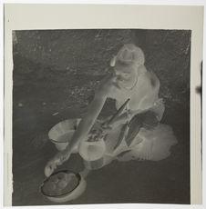 Femme tagoua préparant les galettes