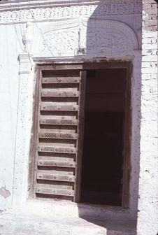 Porte et encadrement de stuc