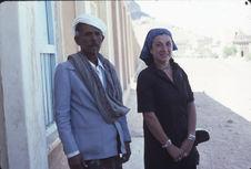 Dominique Champault posant avec un homme El Gaton [?]