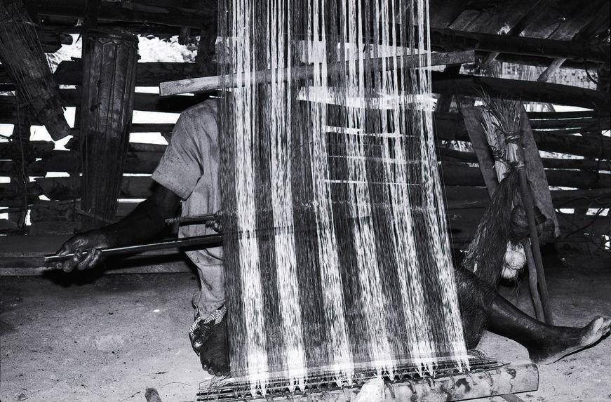 Sans titre [bande film de six vues : métier à tisser et pont]