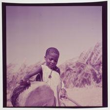 """Enfant de """"nègre"""" jouant du tambour"""