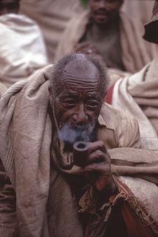 Vieil homme fumant une pipe