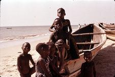 Enfants jouant dans une barque