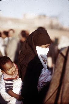 Femme portant un enfant