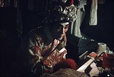 Comédien se préparant pour une représentation nocturne en plein air